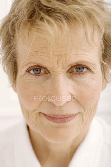 Portrait d'une femme senior avec les cheveux courts en regardant la caméra — Photo de stock