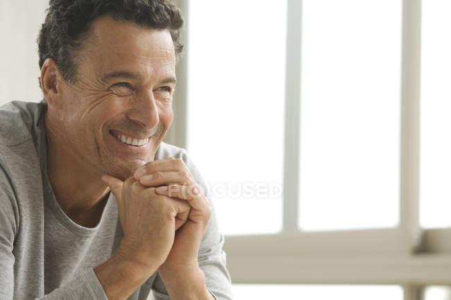 Porträt eines lächelnden reifen Mannes im Haus — Stockfoto