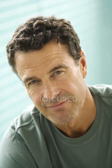 Портрет уверенного в себе зрелого человека, смотрящего в камеру — стоковое фото