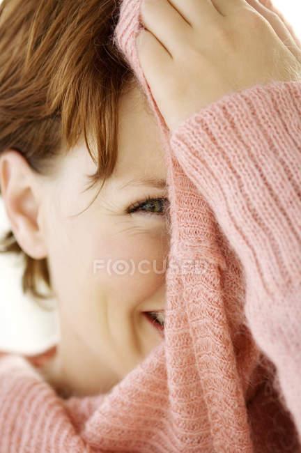 Portrait de jeune femme aux cheveux courts, couvrant le visage avec cavalier — Photo de stock