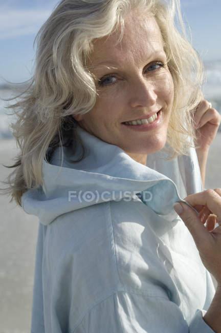 Retrato de mujer madura sonriente en la playa - foto de stock
