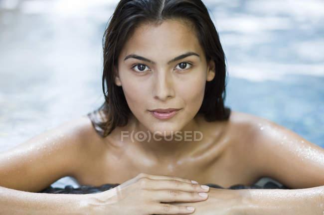 Retrato de mulher sensual inclinada à beira da piscina — Fotografia de Stock
