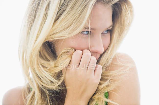Крупный план блондинки, улыбающейся и отворачивающейся — стоковое фото