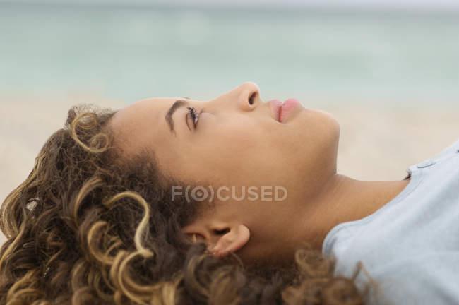Primo piano di ragazza adolescente giorno sognando sulla spiaggia — Foto stock