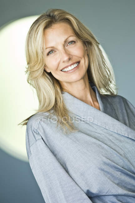 Portrait de femme mature en peignoir souriant — Photo de stock