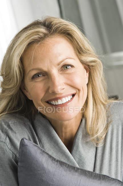Портрет зрелой женщины в халате, улыбающейся — стоковое фото
