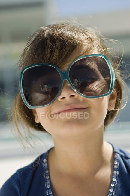Portrait of smiling little girl wearing sunglasses outdoors — Stock Photo