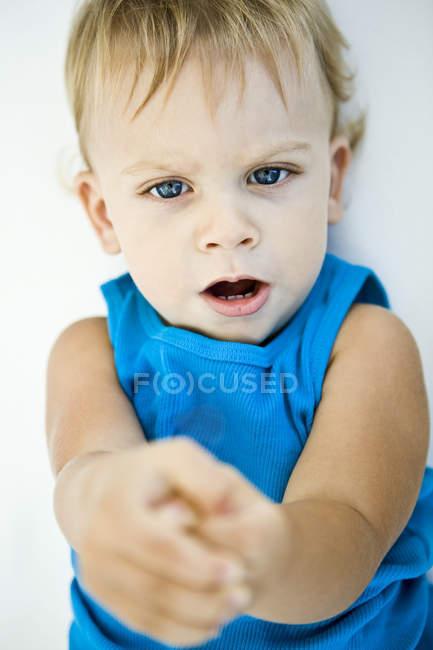 Close-up de menino, deitado na cama — Fotografia de Stock