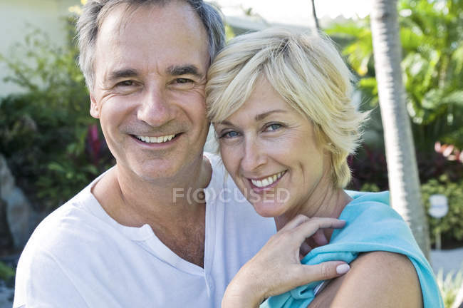 Portrait of mature couple smiling in garden — Stock Photo