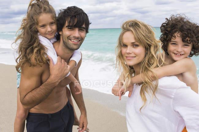 Пара катающихся на спине детей на пляже — стоковое фото