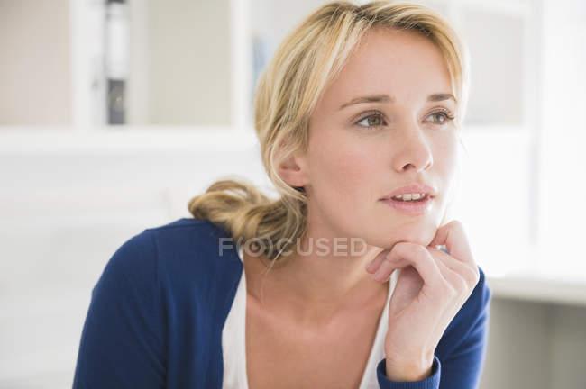 Закри блондин вдумливі жінка фотографіях хтось дивитися вбік — стокове фото