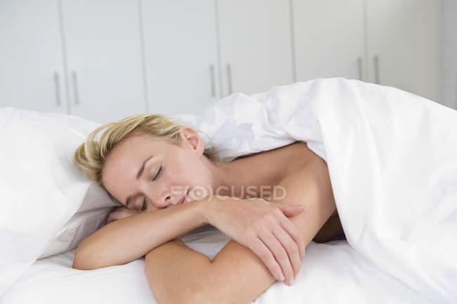 Закри блондин жінка спати на ліжко — стокове фото