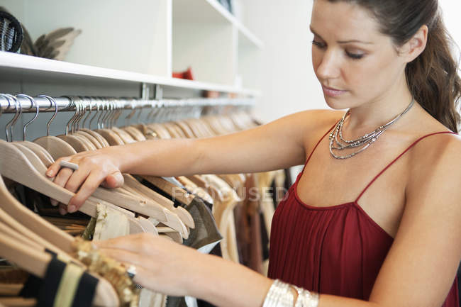Bruna donna shopping in boutique di moda — Foto stock