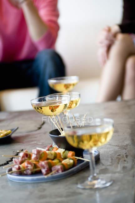 Nahaufnahme der Gläser Champagner und cocktail snacks — Stockfoto