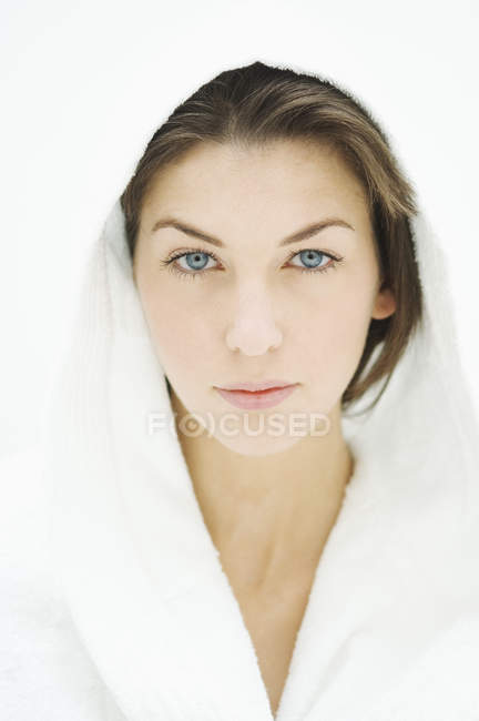 Портрет серйозна молода жінка з блакитними очима в халат — стокове фото