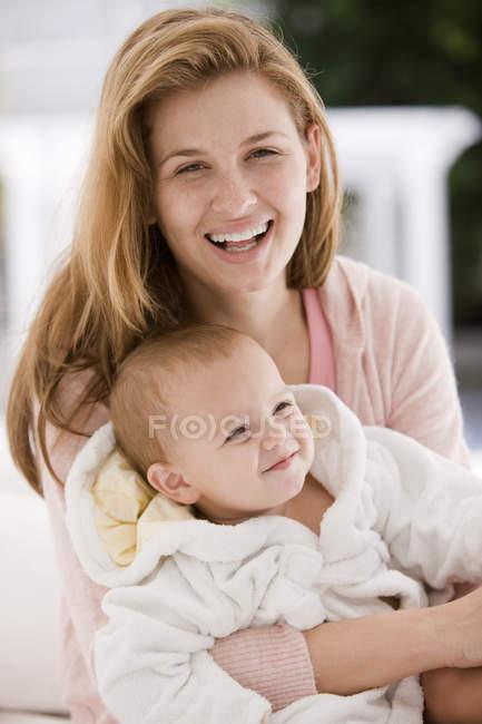 Verticale de femme de sourire avec la chéri — Photo de stock