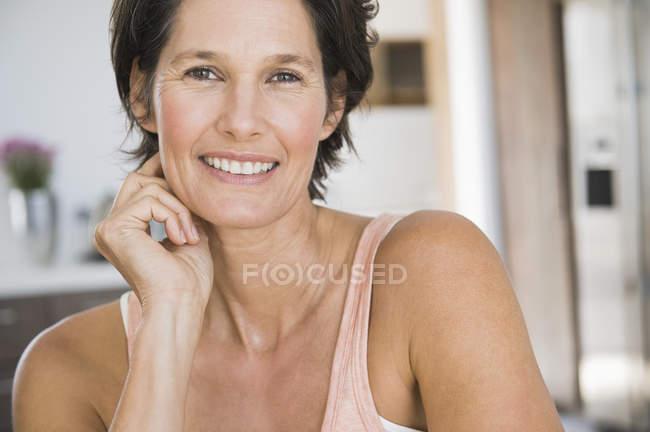 Портрет улыбающейся зрелой женщины с короткими волосами — стоковое фото