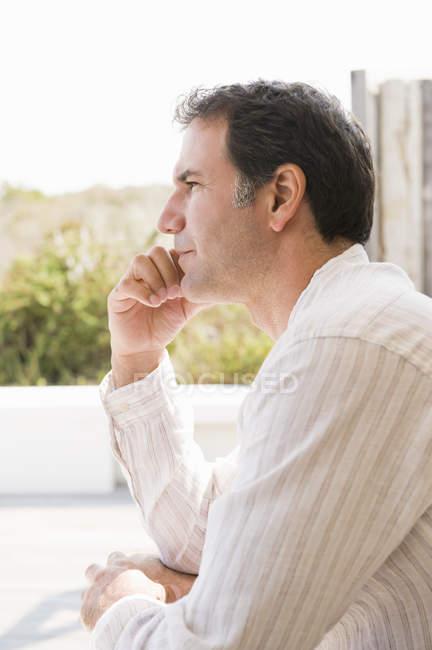 Primo piano di uomo maturo premuroso seduto all'aperto — Foto stock