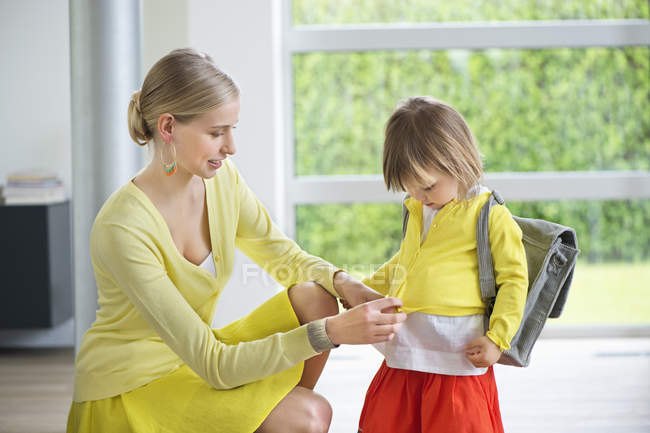 Mulher elegante que prepara a filha para a escola — Fotografia de Stock