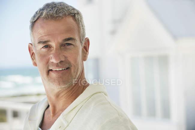 Retrato de hombre confía sonriendo al aire libre - foto de stock