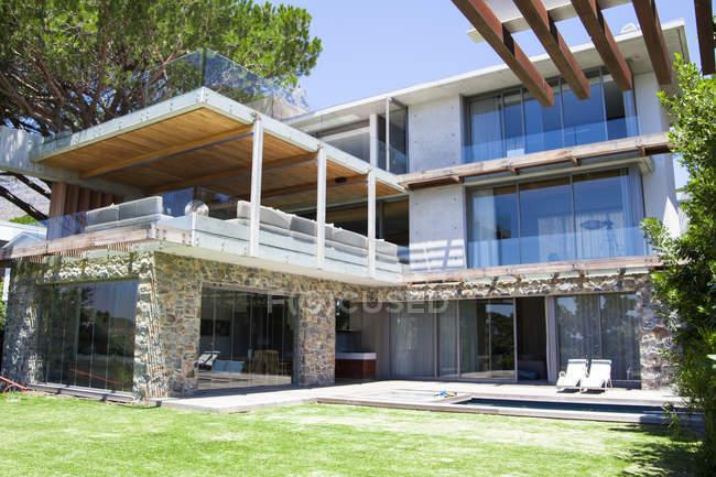 Außen modern renovierten Haus in Landschaft — Stockfoto