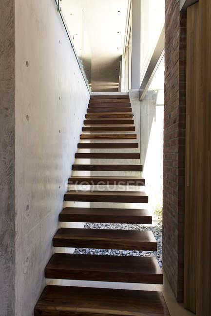 Закри сучасні дерев'яні сходи в будинку — стокове фото