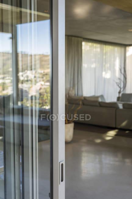 Eingang des modernen Hauses mit Glastür — Stockfoto