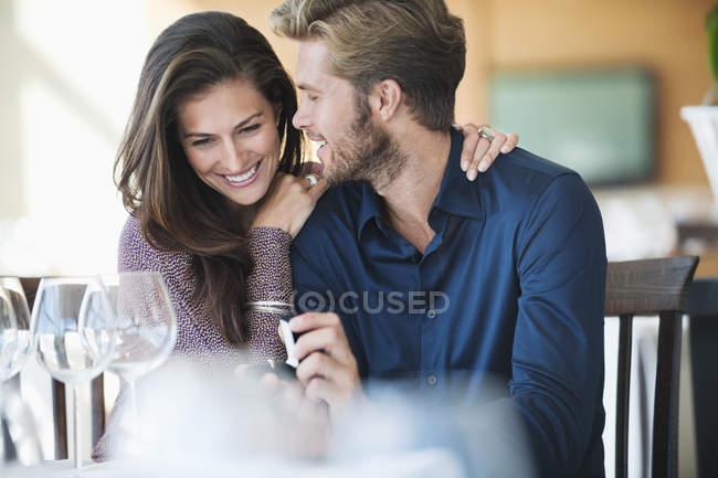 Homme avec bague de fiançailles proposant petite amie au restaurant — Photo de stock