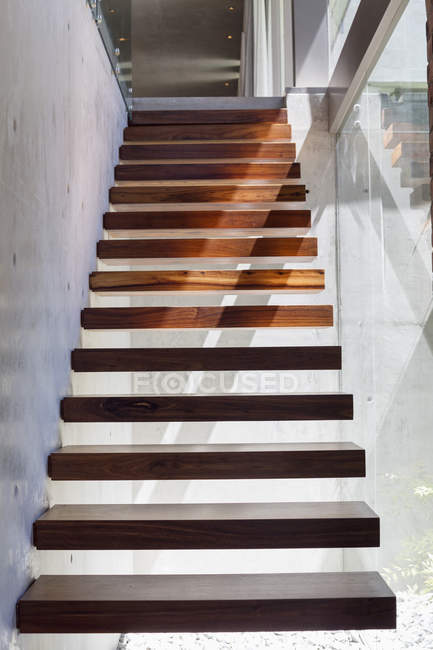 Nahaufnahme der modernen Holztreppe im Haus — Stockfoto