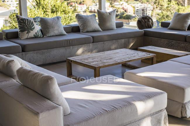 Intérieur de grande terrasse moderne dans la maison dans la nature — Photo de stock