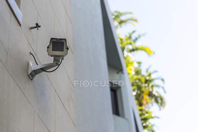 Close-up da câmera do Cctv montado na parede de casa — Fotografia de Stock