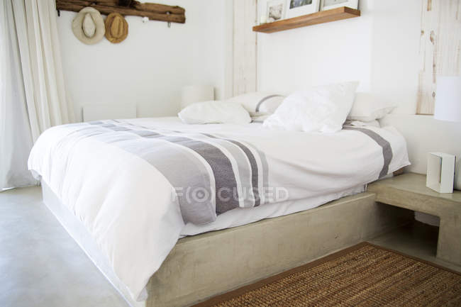 Interior of modern cozy light bedroom — Stock Photo
