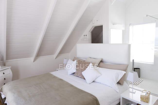 Interior del acogedor dormitorio moderno luz - foto de stock