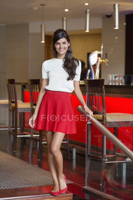 Ritratto di donna elegante sorridente in piedi nel bar — Foto stock