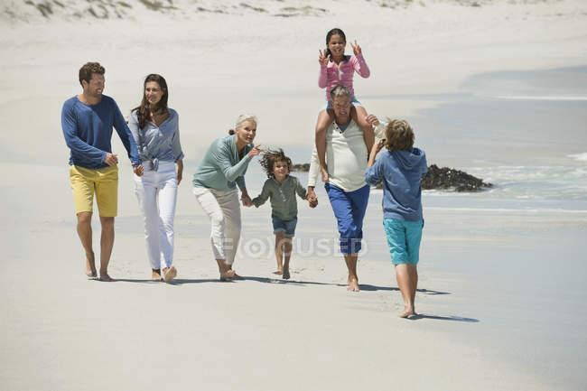 Junge fotografiert Familie beim Wandern am Sandstrand — Stockfoto