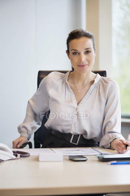 Портрет впевнено підприємець, що працюють на столі в офісі — стокове фото