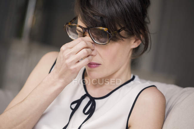 Mujer que sufre de dolor de cabeza tocando la cara - foto de stock