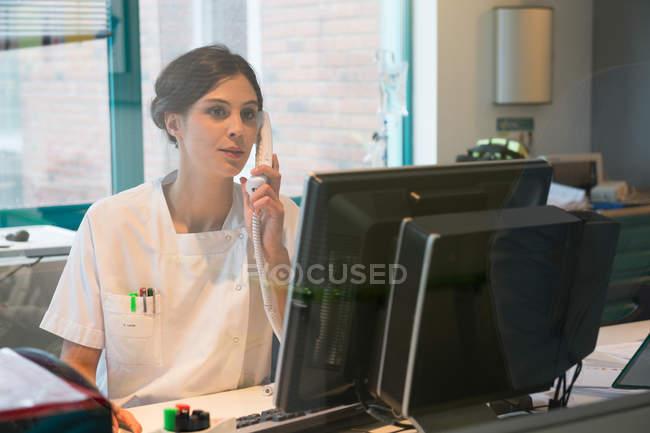 Beschäftigte junge Krankenschwester arbeitet im Büro — Stockfoto