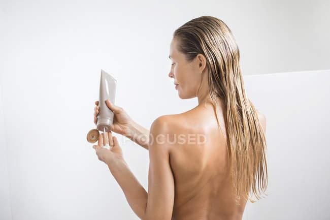 Mulher lavar o cabelo com shampoo no banheiro — Fotografia de Stock
