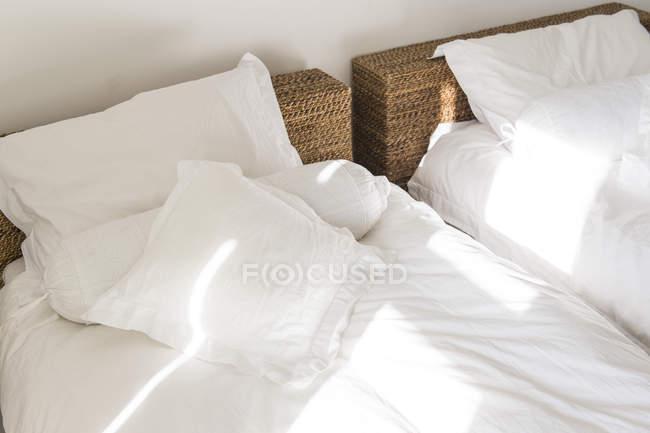 Nahaufnahme von Sonnenlicht, das auf das Doppelbett fällt — Stockfoto