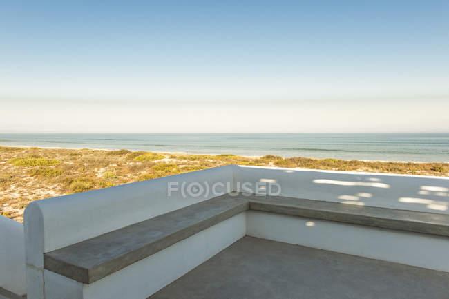Mar visto do terraço da casa costeira — Fotografia de Stock