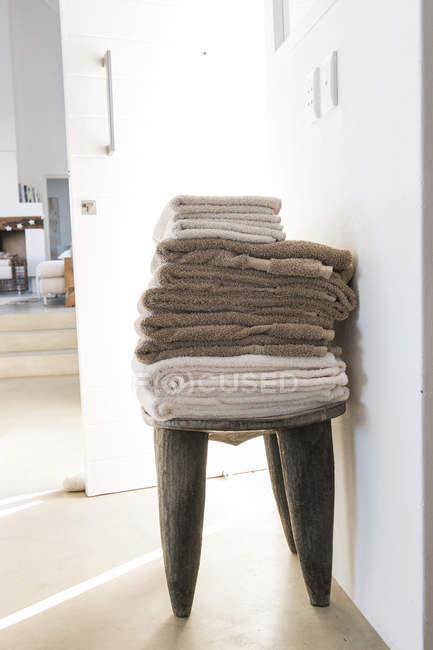 Pilha de toalhas na cadeira, foco seletivo — Fotografia de Stock