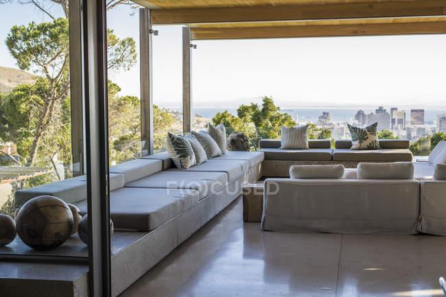 Интерьер, роскошная терраса с современной мебелью — стоковое фото