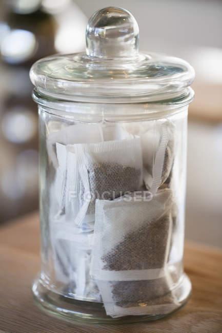 Sacchetti da tè in vaso in cucina, messa a fuoco selettiva — Foto stock