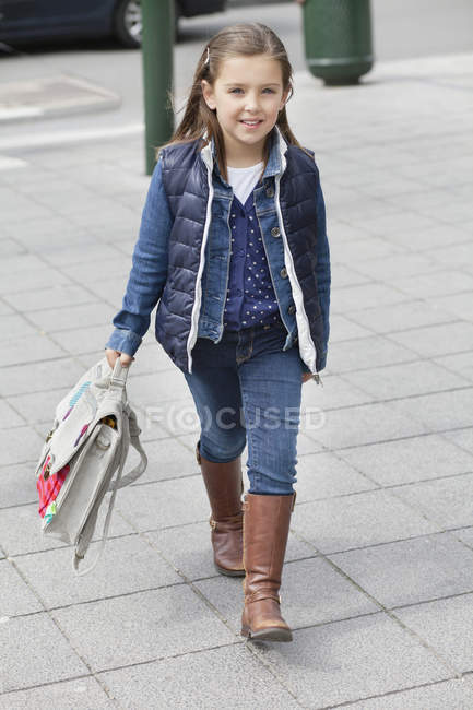 Retrato de colegial carregando a mochila na rua — Fotografia de Stock