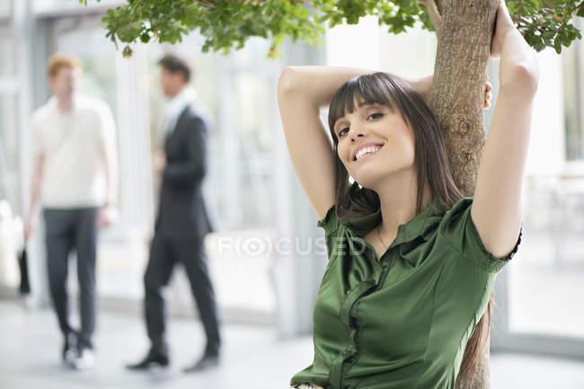 Donna d'affari sorridente, concentrarsi sul primo piano — Foto stock