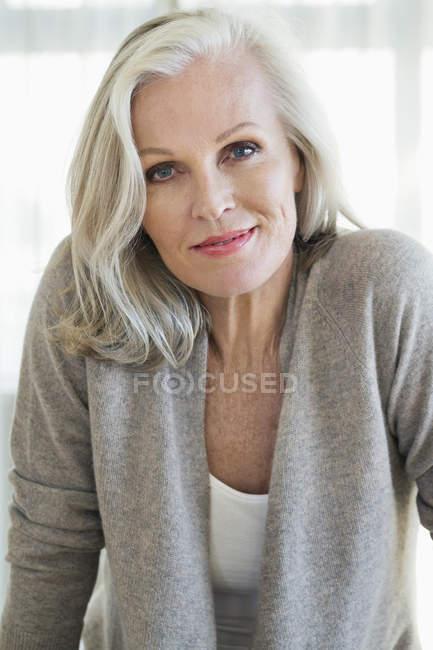 Портрет элегантной пожилой женщины, улыбающейся в камеру — стоковое фото
