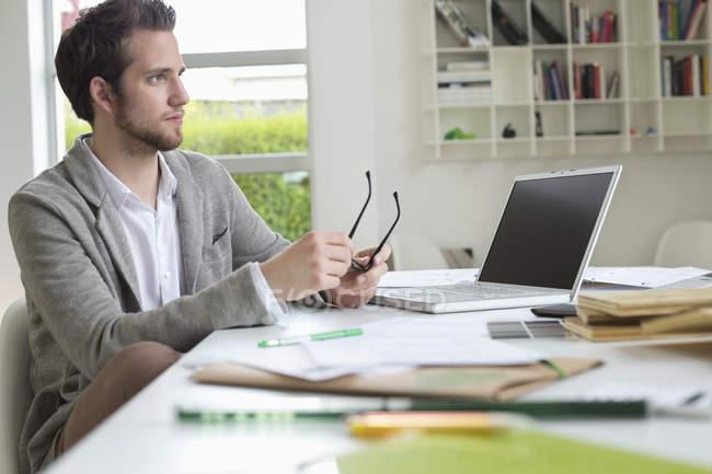 Diseñador de interiores hombre trabajando en oficina - foto de stock
