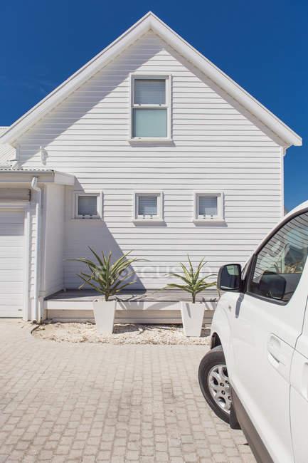 Carro estacionado do lado de fora renovado edifício branco — Fotografia de Stock