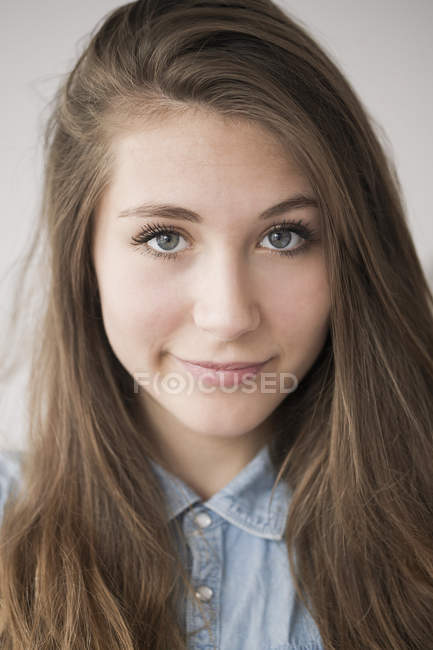 Portrait of smiling teenage girl looking at camera — Stock Photo